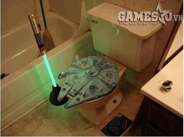 Sử bụng bồn cầu trong trạng thái của bá chủ ngân hà, tay cầm Lightning Saber là điều mà game thủ Star Wars sẽ được trải nghiệm với loại bồn cầu này