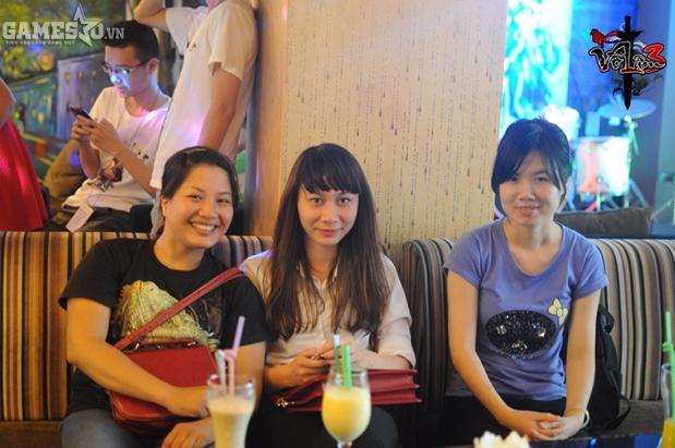 Nữ game thủ với tên nhân vật Tiểu Muội xinh đẹp đáng yêu (giữa)