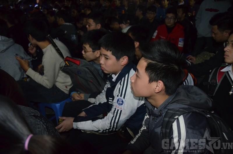 Một nhóm game thủ trường cấp 2 Trung Hòa còn mặc nguyên đồng phục và balo chứa vợt cầu lông.