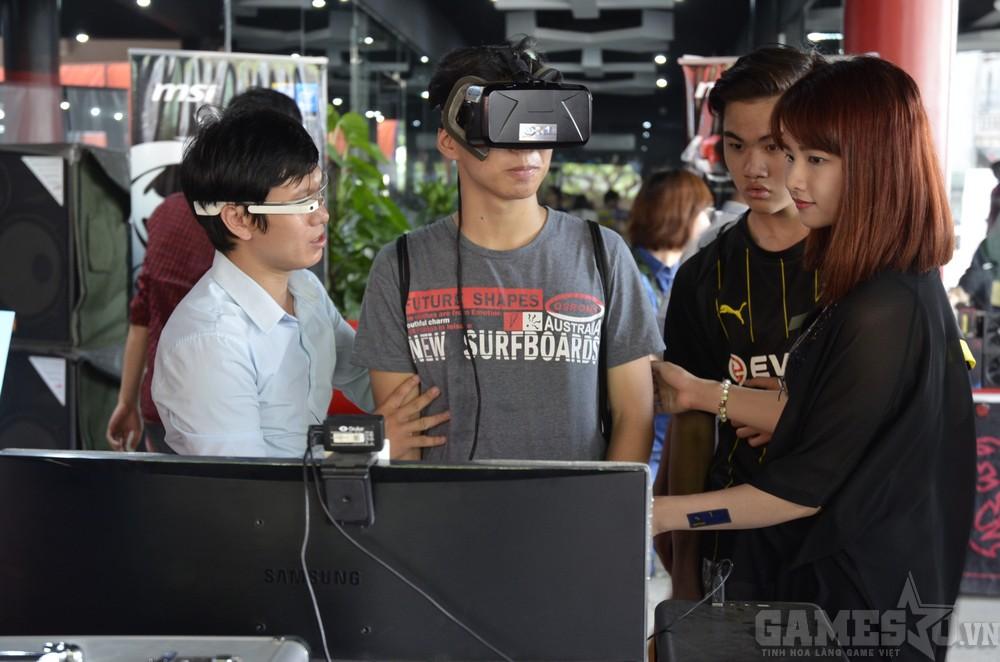 """An Phát Computer mang toàn đồ chơi """"khủng"""" như Google Glass, Oculus Rift và có những người tư vấn hết sức nhiệt tình"""