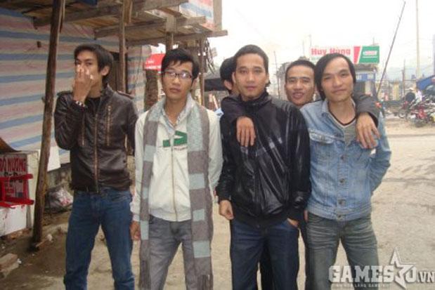 Long Thiếu Gia AOE (đeo kính) cùng team