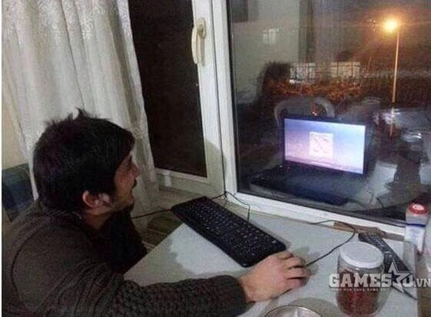 """Ngoài khoảng cách chuẩn với màn hình máy tính, game thủ này còn """"cẩn thận"""" núp sau cửa sổ"""