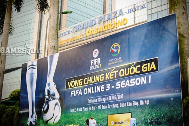 Tấm bảng truyền thông về giải đấu FIFA Online 3 đặt tại cổng Grand Plaza