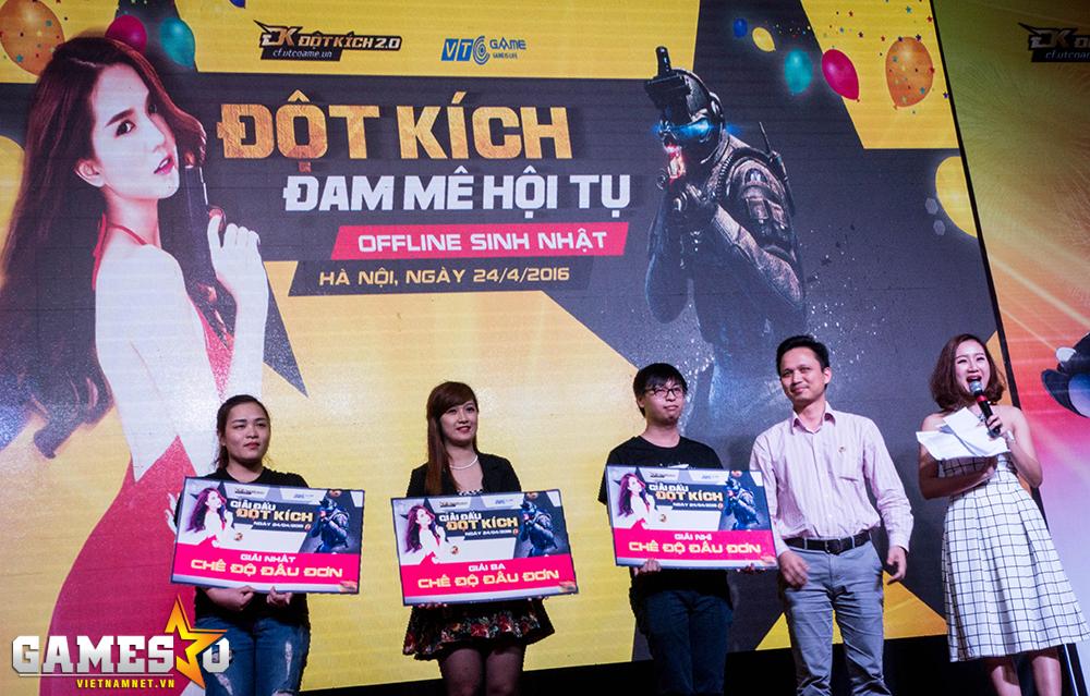 Ba người chơi xuất sắc nhất nhận phần thưởng từ đại diện của VTC Game.