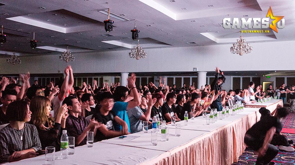 Những game thủ có mặt đồng loạt reo hò và tán thưởng chiến thắng của  Freedom, đội tuyển đại diện cho Hà Nội.