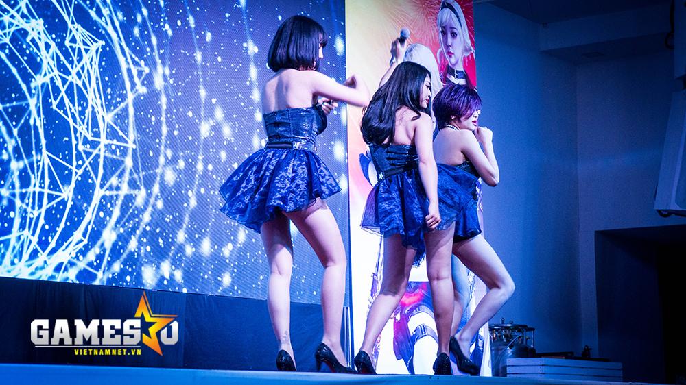 """Trong khi các game thủ đang thiết lập và làm quen với máy móc, nhóm nhạc nữ The Girls đã lên sân khấu để trình bày những ca khúc Việt """"hot"""" và sối động nhất vào thời điểm hiện tại."""