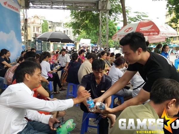 Những chai nước mát miễn phí được trao tận tay người nhà thí sinh.