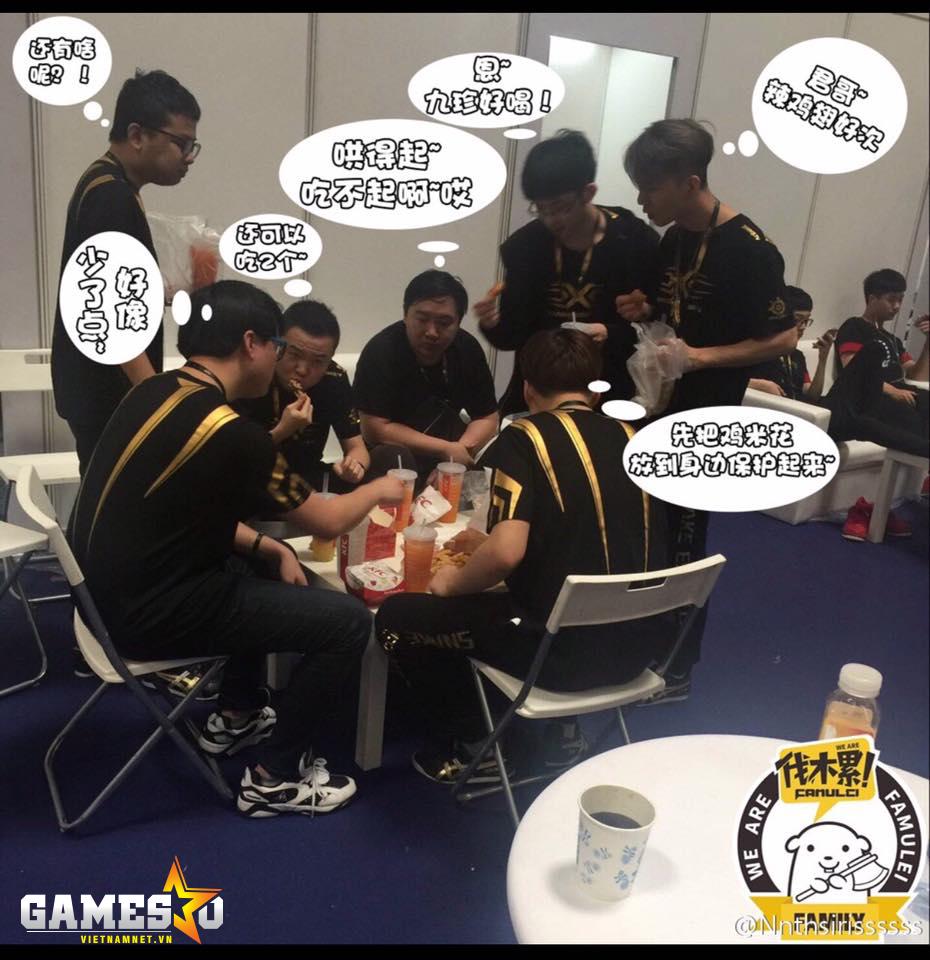 Các thành viên của Snake tranh thủ ăn nhanh và bàn luận trong lúc chờ đợi trận đấu tiếp theo.