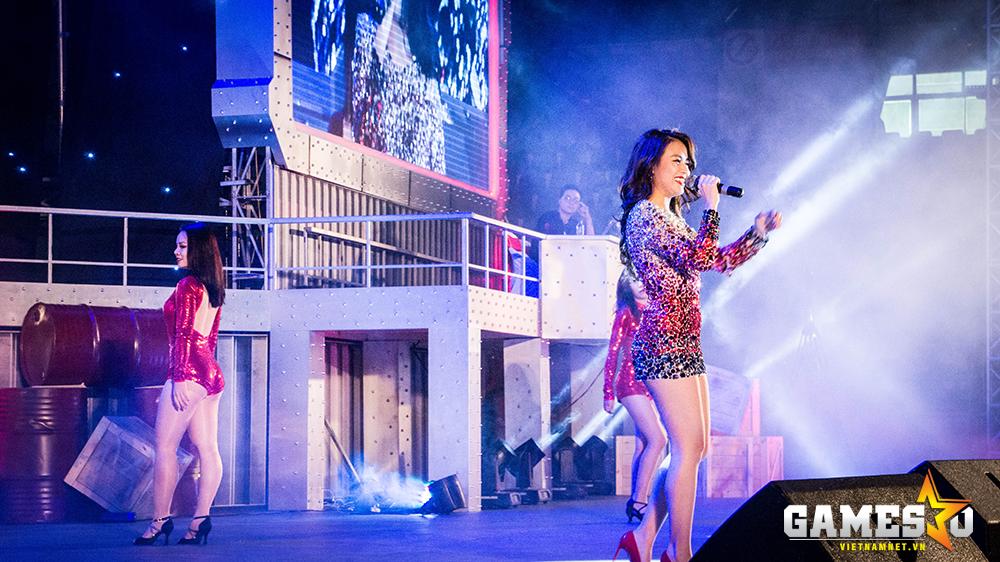 Nhà thi đấu trở nên nóng hơn bao giờ hết khi có sự xuất hiện của nữ ca sĩ gợi cảm Hoàng Thùy Linh.