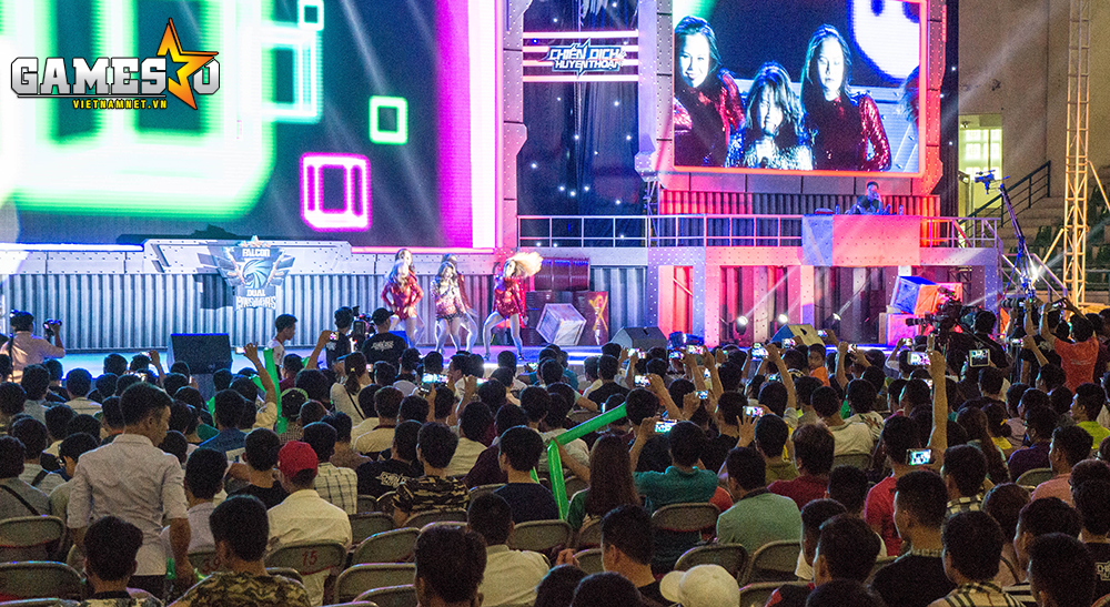 Hoàng Thùy Linh biểu diễn cực sung khiến nhiều khán giả cũng không thể không nhắc như theo điệu nhạc.
