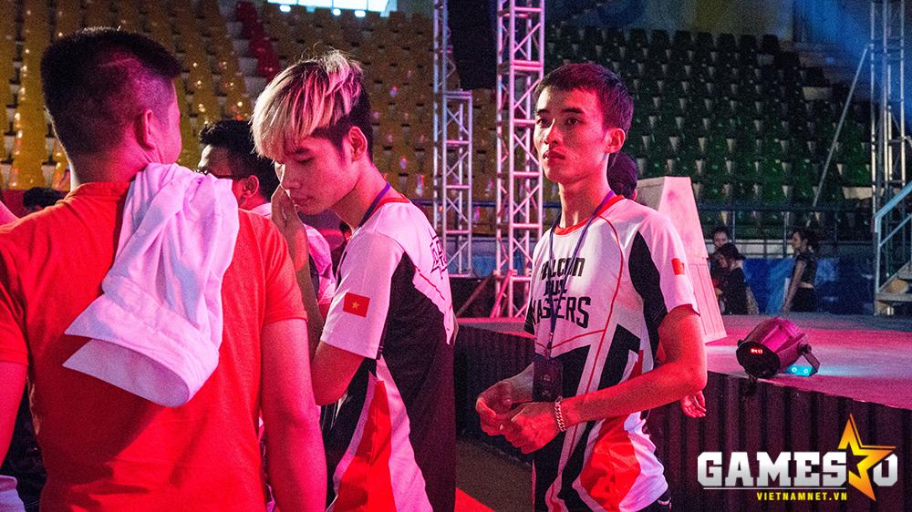 Trao đổi riêng với GameSao, thành viên Truelove (ngoài cùng bên phải) của Hà Nội Đông Anh cho biết, những trục trặc về thiết bị ở trận đấu cuối đã khiến anh và đồng đội TieuDe bị ảnh hưởng phần nào về mặt tâm lý nên không thể đánh bại được đối thủ.