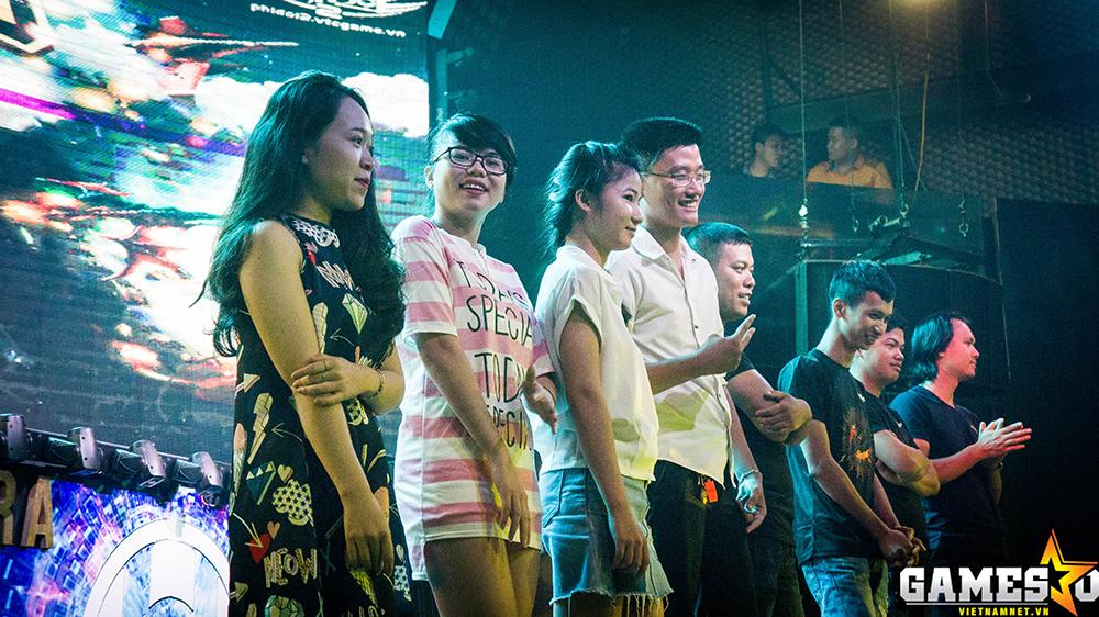 Các vị khách tới tham dự ngay lập tức có cơ hội nhận được phần thưởng từ BTC khi lên sân khấu tham dự minigame đập trứng quen thuộc.