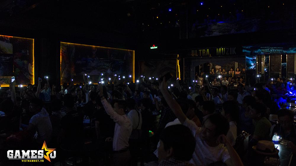 Buổi offline mừng sinh nhật 10 tuổi Phi Đội như lắng lại, khi toàn bộ khách tới tham dự cùng bật đèn flash tượng trưng cho những ngọn nến.