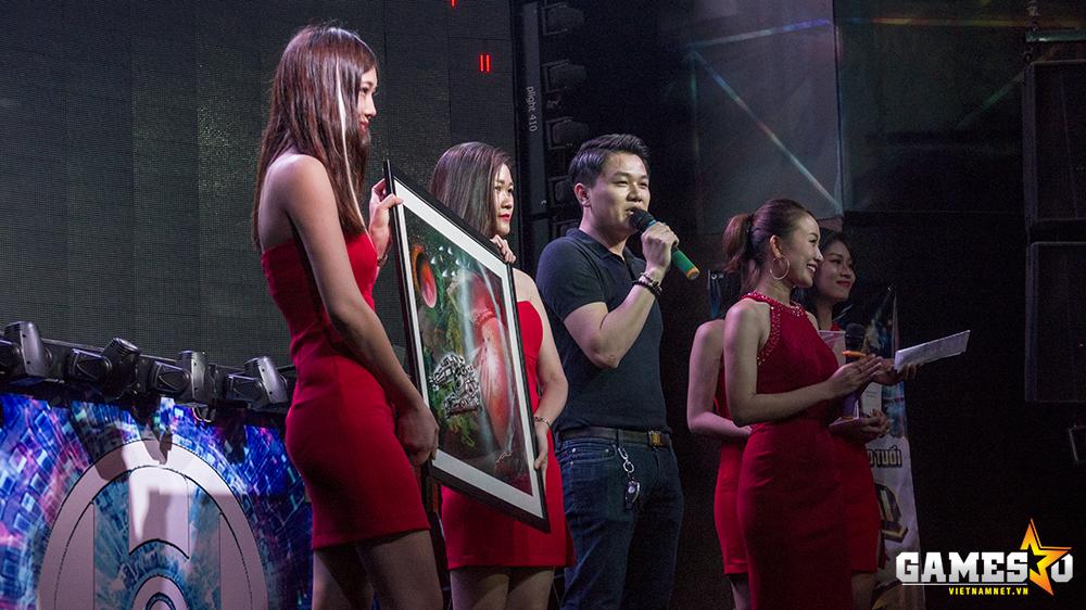 Game thủ Phi Đội nổi tiếng Lê Đức Tùng đã giành chiến thắng trong màn đấu giá bức tranh phun sơn đặc biệt với số tiền 20 triệu đồng. Được biết, NPH VTC Game sẽ dành toàn bộ số tiền này để phục vụ cho mục đích từ thiện.