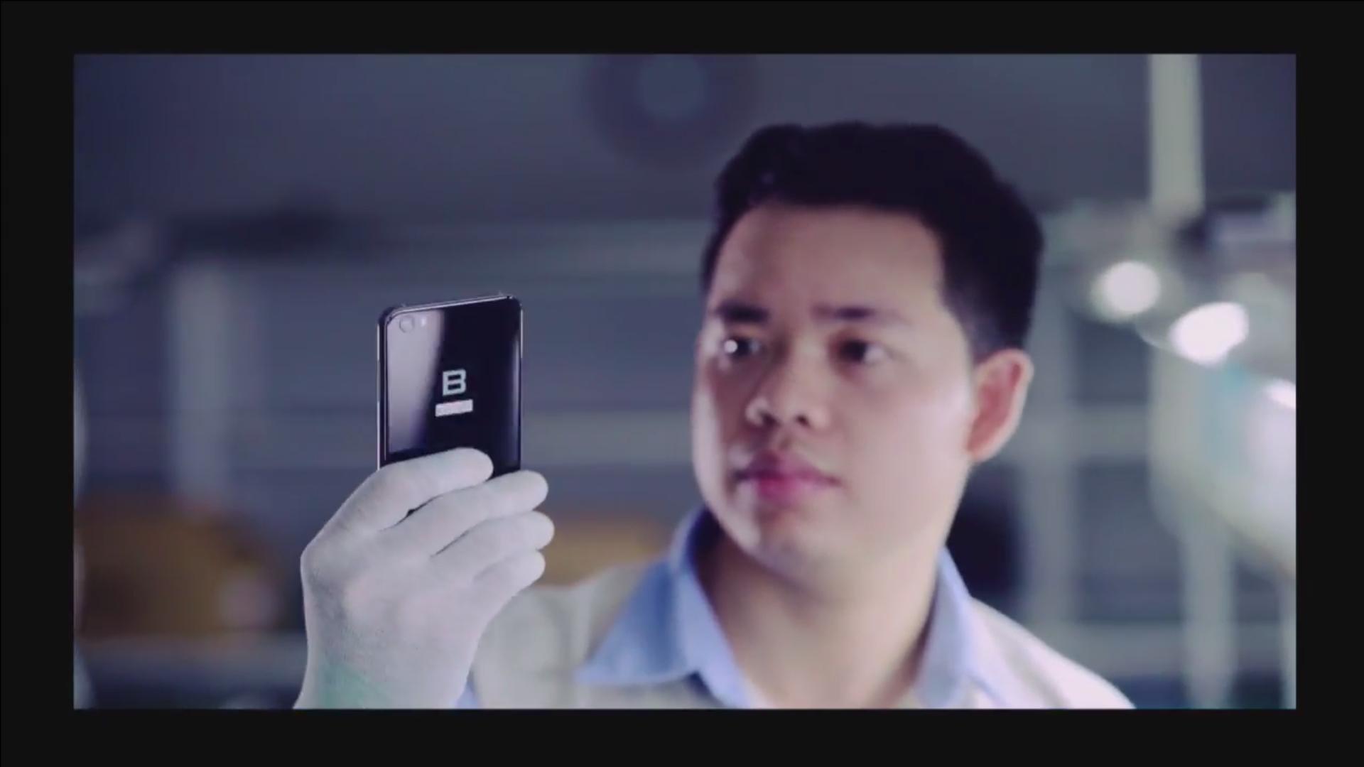 Bkav đã sử dụng công nghệ phay và xử lý bề mặt để loại bỏ hoàn toàn sự bất tiện về cảm giác cấn tay khi cầm nắm smartphone của người dùng