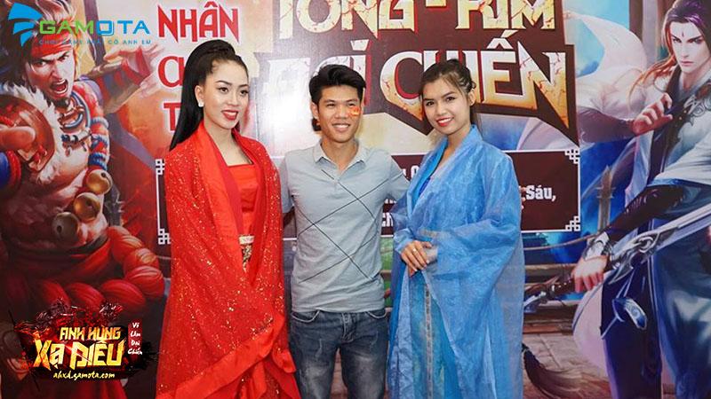 Game thủ chụp hình cùng mỹ nhân 2 phe Tống - Kim