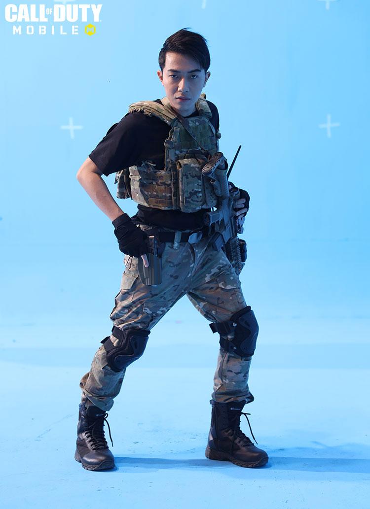 """Và thực tế chính xác thì đây là Cris Phan trong ekip quay """"game hành động"""" Call of Duty: Mobile VN với lối tạo hình không lẫn vào đâu được"""