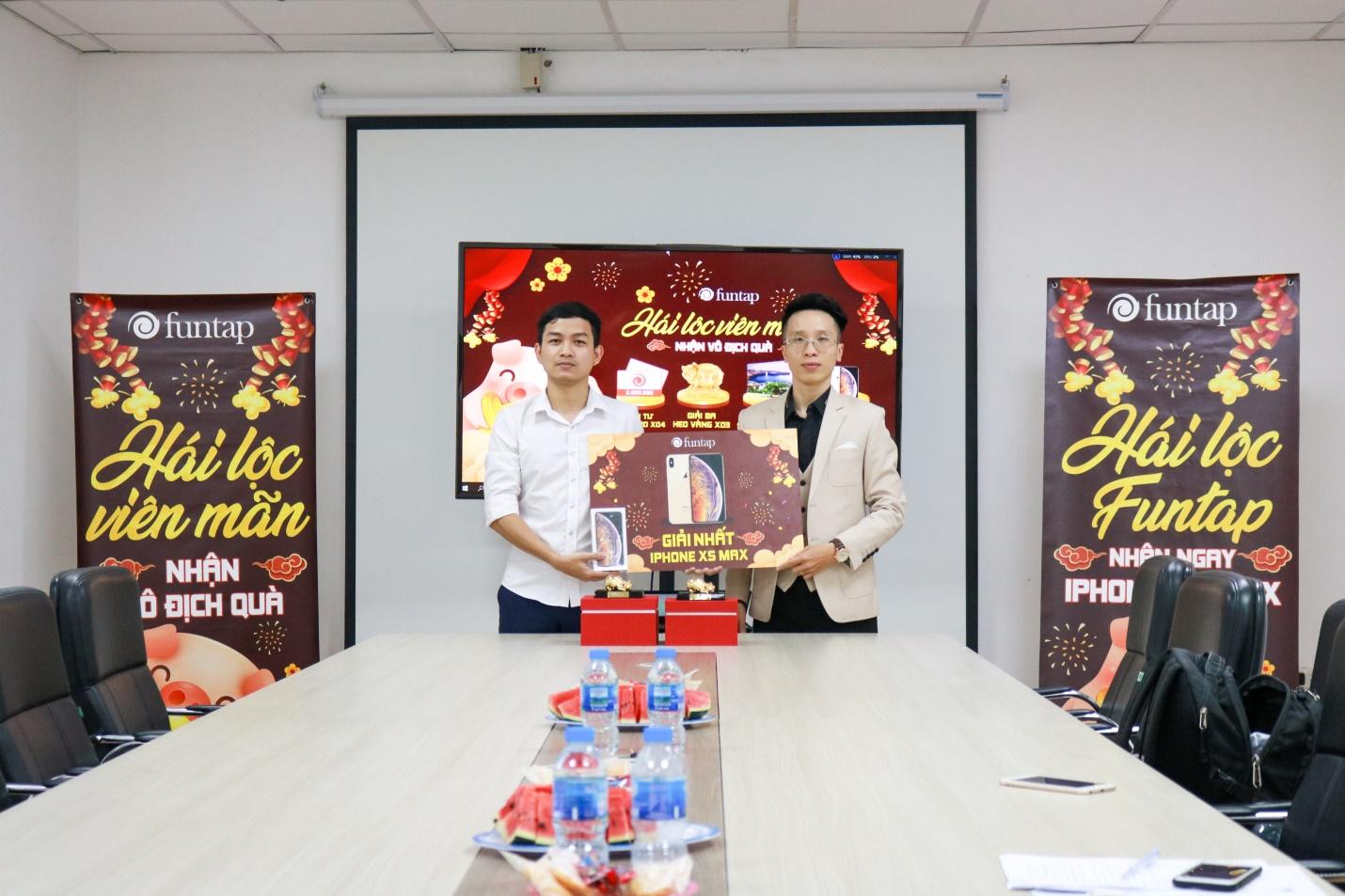 Đại diện NPH, Giám đốc vận hành anh Tony Mạnh trao quà cho người chơi may mắn giải nhất
