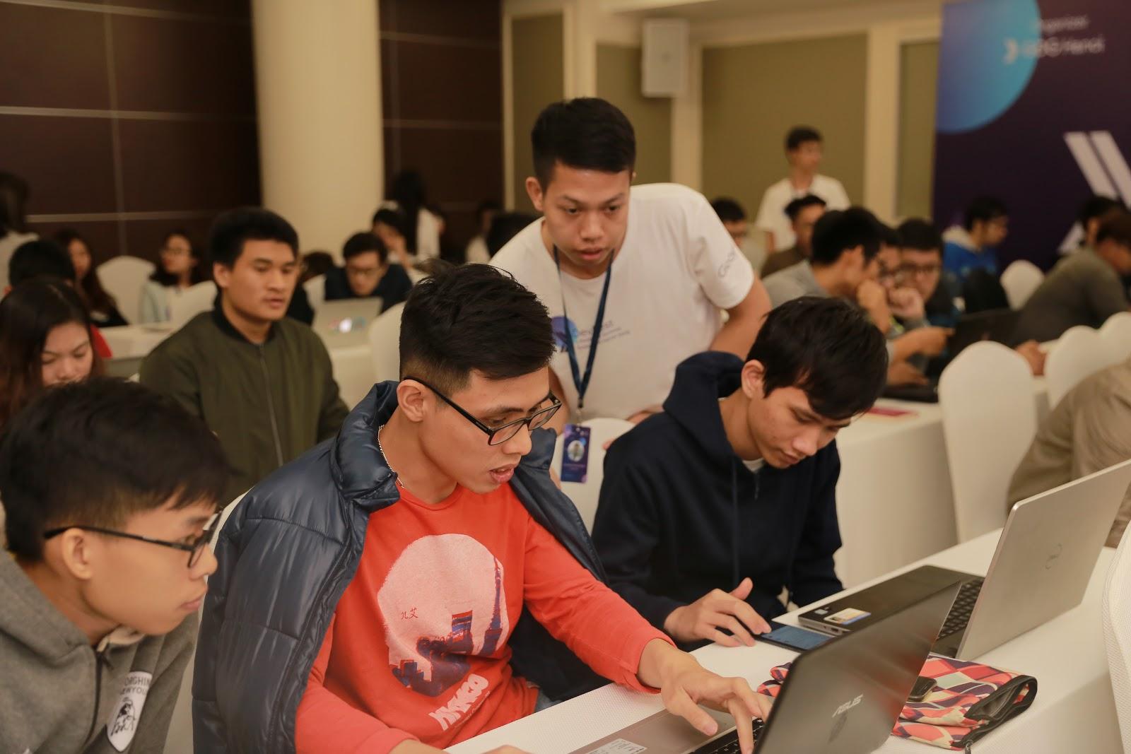 Các lập trình viên được chỉ dẫn thực hành với Codelabs tại sự kiện GDG DevFest x Firebase Summit Extended Hanoi 2018.