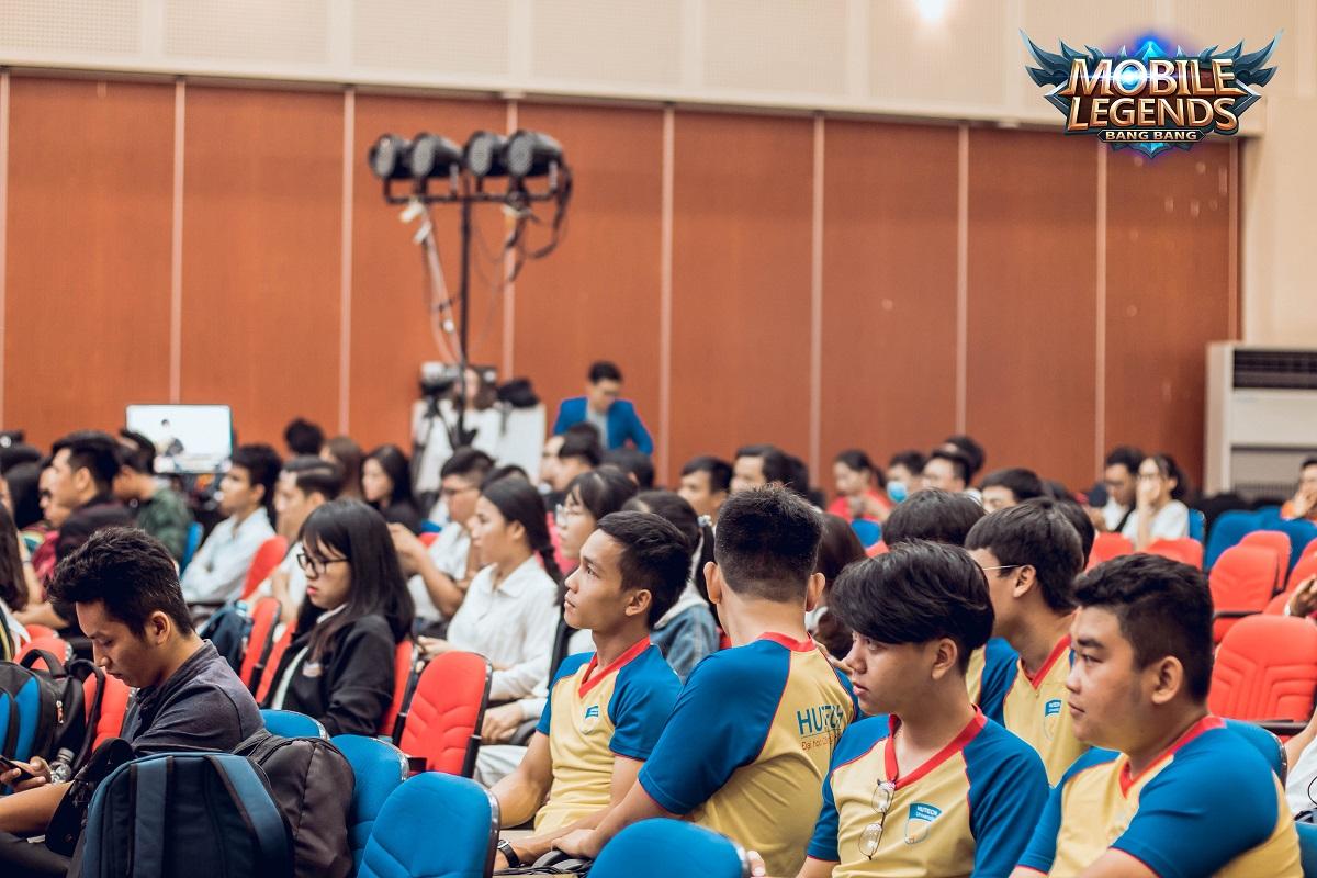 Khán giả và các thành viên thi đấu cùng chăm chú theo dõi