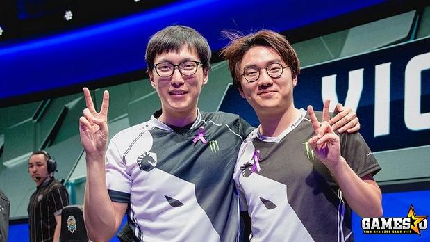 """... và tâm điểm của màn trình diễn chói sáng từ phía đội ĐKVĐ chỉ có thể là  cặp đôi đường dưới 2lift và Kim """"Olleh"""" Joo-sung."""