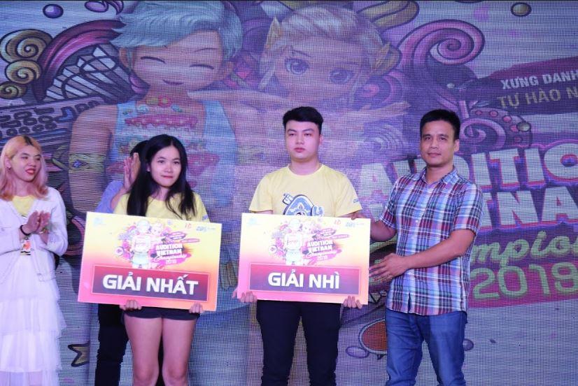 Anh Phạm Văn Thành - Giám đốc trung tâm VTC Game trao giải nhất - nhì quốc gia cho Lê Hoài Phương và Tiến Vỹ