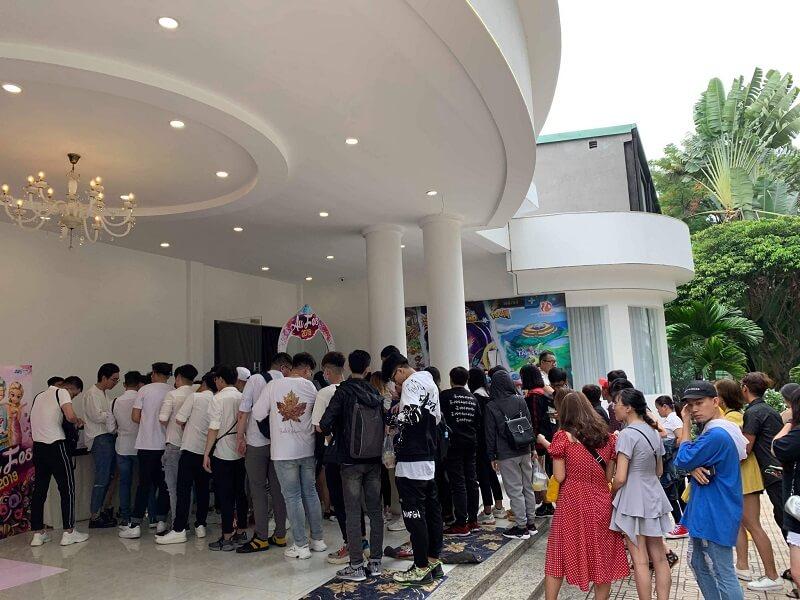 Tại Hồ Chí Minh, các game thủ đứng đợi chật cứng  lối đi