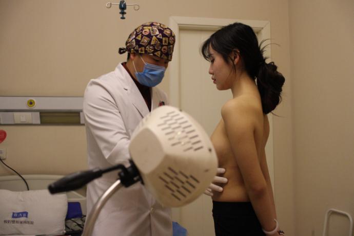 Sau những buổi khám tổng thể, bác sỹ đã quyết định lấy phần mỡ ở hông để bổ sung nâng ngực cho cô