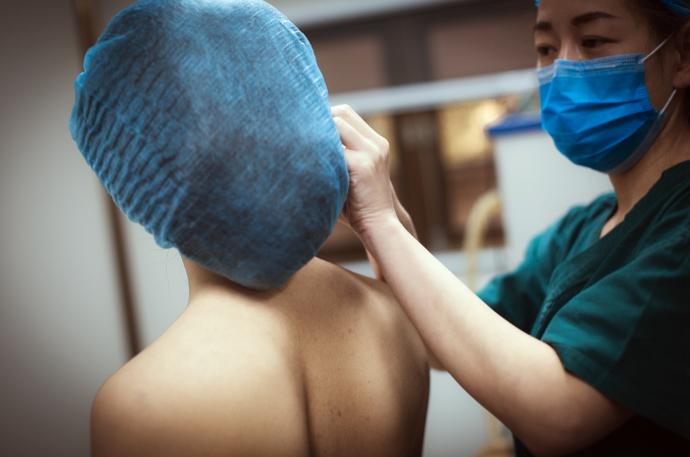 Nữ streamer đang chuẩn bị cho buổi phẫu thuật