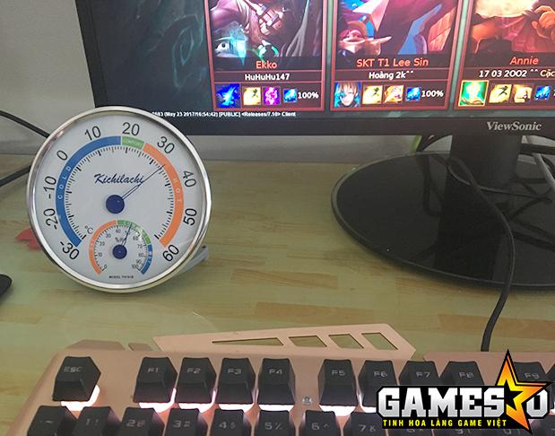 Khi đặt nhiệt âm kế vào một quán Internet có máy lạnh và quạt chạy hết công suất