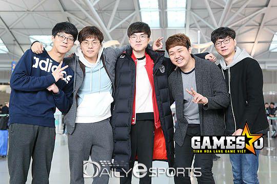 Đội hình Siêu Sao Hàn Quốc chụp hình tại sân bay trước khi di chuyển tới Barcelona, Tây Ban Nha