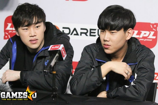 CoCo và Swift trong một buổi họp báo của giải đấu LPL Trung Quốc