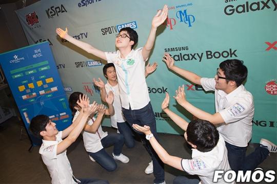 Các thành viên của JAG ăn mừng chiến thắng trước SKT