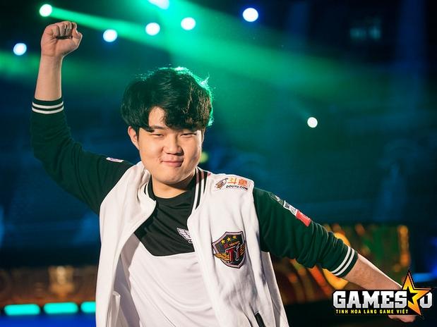 Huni ăn mừng sau khi cùng SKT giành quyền vào chơi trận Chung kết MSI 2017