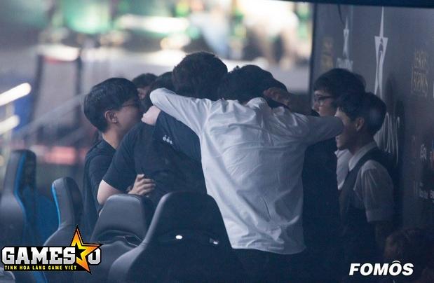 Các tuyển thủ và ban huấn luyện của Longzhu cùng nhau ăn mừng chiến thắng trong lần đầu tiên họ giành quyền tham dự vòng play-off tại một giải đấu LCK