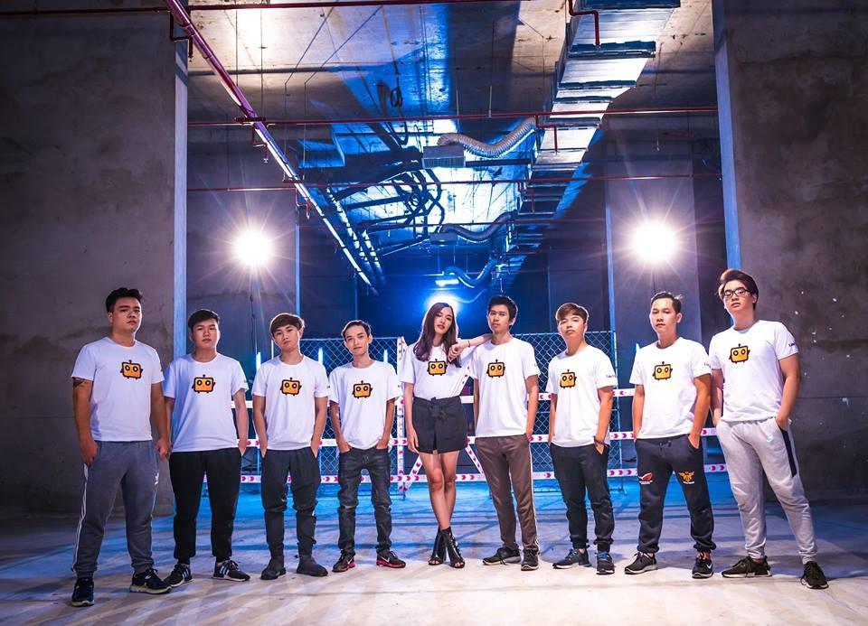 QTV cùng đồng đội trong trang phục của CubeTV
