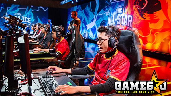 RonOP cùng Celebrity tham gia thi đấu trong đội hình Siêu Sao Việt Nam tại giải đấu 2016 All-Star Barcelona vào tháng 12 năm ngoái