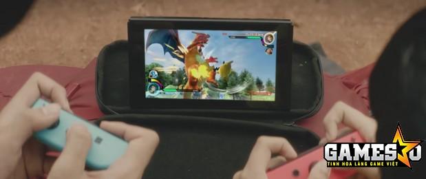 Hai người chơi cùng nhau giao chiến trên một chiếc máy cầm tay nhỏ gọn