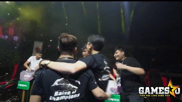 Khoảnh khắc các thành viên của Ahihi ăn mừng chức vô địch CF2L 2017 SS1