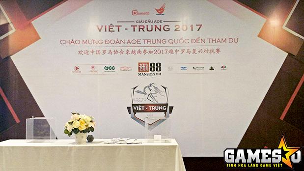 Lễ bốc thăm các cặp đấu tại giải AoE Việt Trung diễn ra tại khách sạn Sport Hotel, nơi ăn ở và sinh hoạt của đoàn Trung Quốc