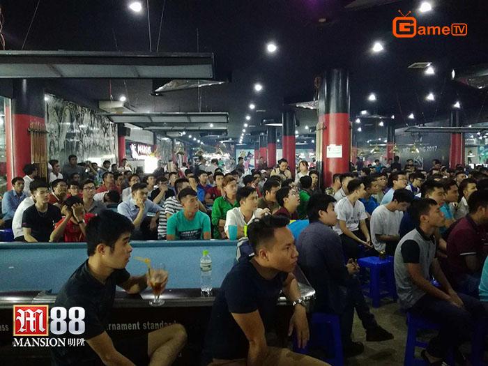 Đám đông khán giả có mặt tại Pegasus Gaming theo dõi những diễn biến của AoE Việt Trung 2017 vào ngày hôm qua (06/7) (Ảnh: GameTV)