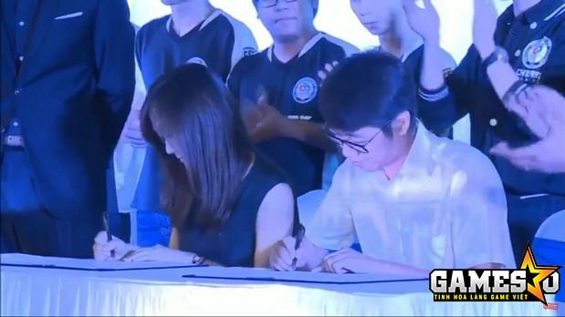 Đại diện của VTC Game và Smilegate ký kết biên bản xác nhận đem giải đấu CFSI 2017 về Việt Nam