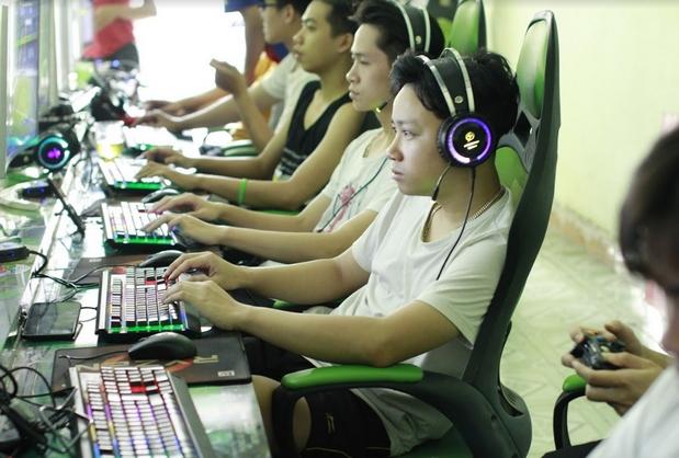 Các bạn VĐV đang rất tập trung cho trận cầu online của mình - ĐH FPT Hà Nội