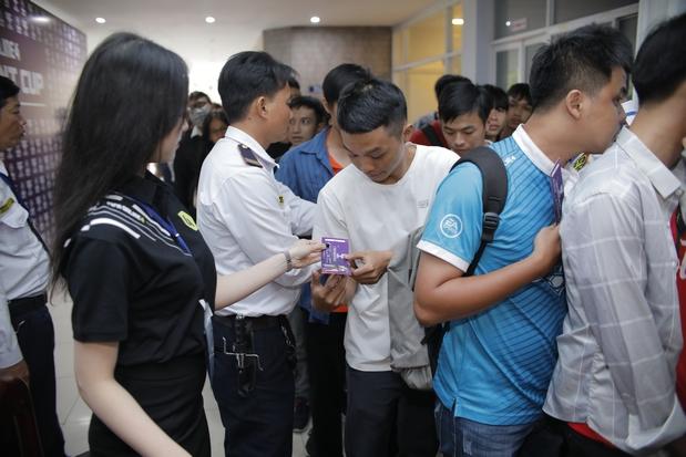 Các bạn sinh viên xếp hàng chờ check in vào cổng VCK Quốc gia Student Cup 2019