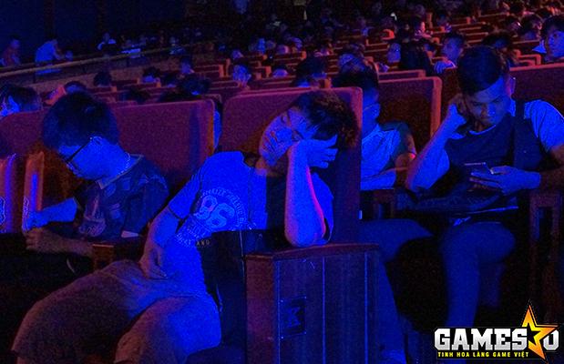 Mặc dù BTC liên tục có những cách thức khác nhau để khuấy động bầu không khí, tránh sự nhàm chán bằng những mini-game, cấc tiết mục trình diễn nghệ thuật,..nhưng có nhiều khán giả vẫn ngủ gục ngay trong hội trường