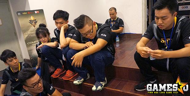 Vẻ thất vọng của SGP ở cánh gà sân khấu sau khi bị ahqW dẫn trước 0-2