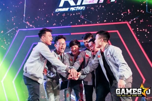 Các thành viên của Team Việt Nam cùng nhau ăn mừng chiến thắng