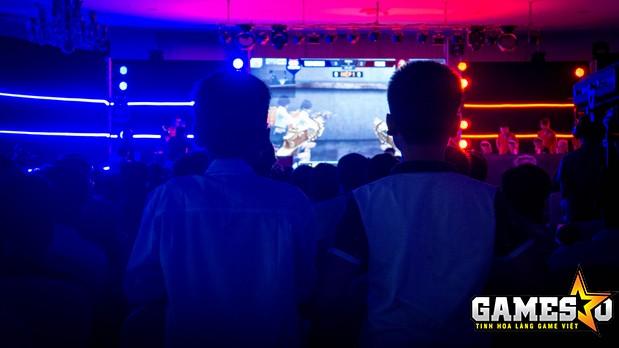 Hai bạn nhỏ đang chăm chú theo dõi diễn biến trận Bán kết 1 giữa Team Việt Nam vs ProGK