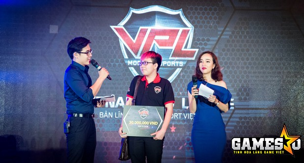Bạn Đình Thiên (17 tuổi) đã là người chiến thắng trong trận showmatch Đấu Đơn để giành lấy GiftCode trị giá 30 triệu đồng tại sự kiện