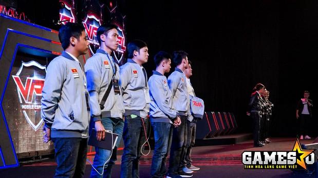 Hai đội tuyển xuất sắc nhất bộ môn Truy Kích Mobile thuộc giải đấu VPL Mùa Xuân 2017, Water Margin và Dragon Miền Nam có mặt trên sân khấu chính để chuẩn bị cho cuộc chạm trán